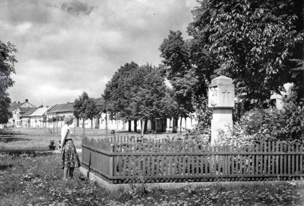 Nejasný osud měl pomník padlých rudoarmějců odhalený na návsi v květnu 1951.