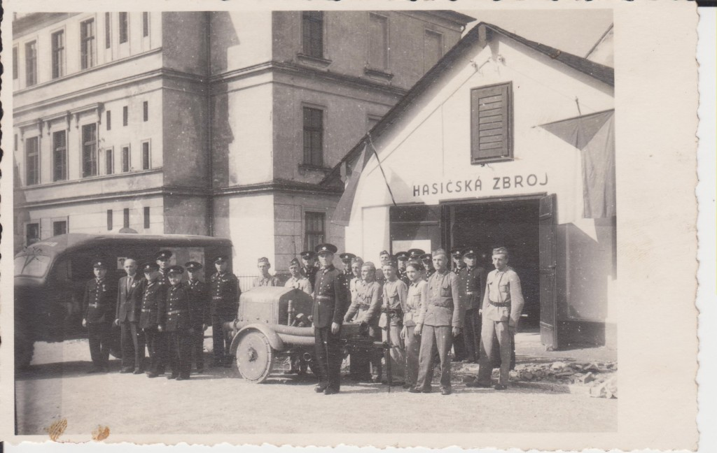 V roce 1946 získali holičtí hasiči vojenskou sanitku Dodge v ceně 58 000 Kčs a vojenské vozidlo značky Laffly za 10 000 Kčs. Hasičská zbrojnice se v této době nacházela za budovou školy. Dnes je zde Pekárna Grunt.